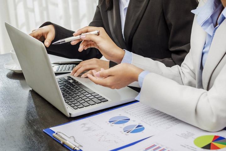 CGMGES - foto trabajando en oficina Gestoría y Asesoría en Badajoz - Gestoría Administrativa, Asesoría Laboral, Fiscal y Contable